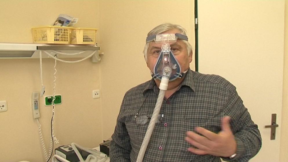 Kromě operace může pacientům pomoci i speciální spánková maska