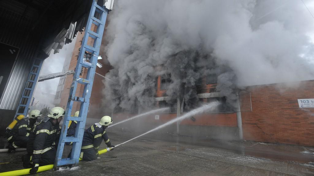 Hasiči při zásahu u požáru skladů ve Zlíně