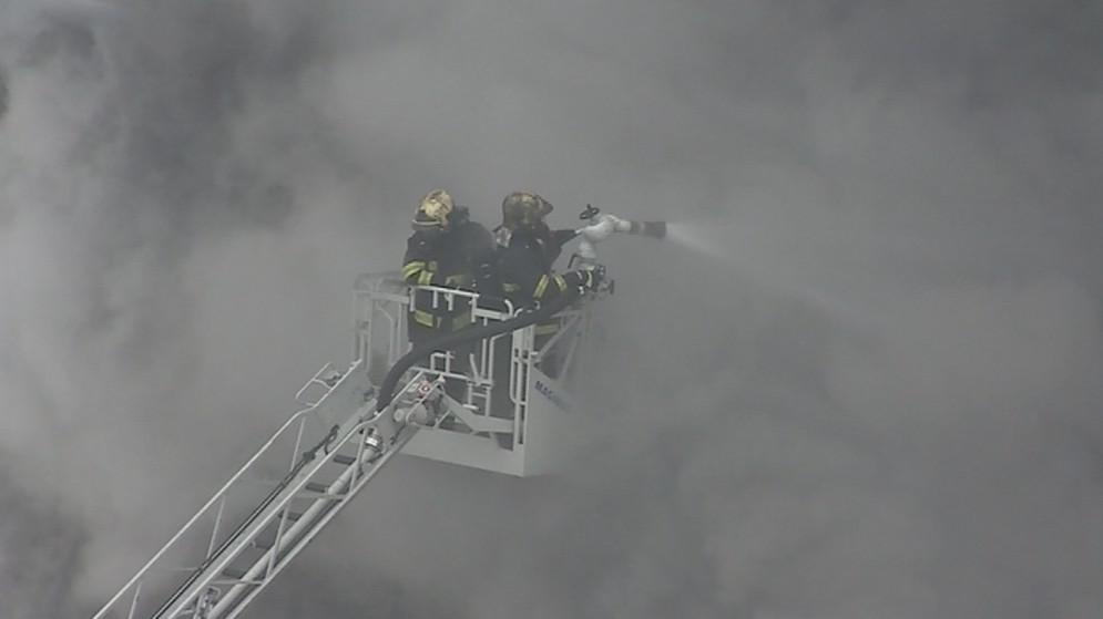 Hasiči bojují s požárem z výšky
