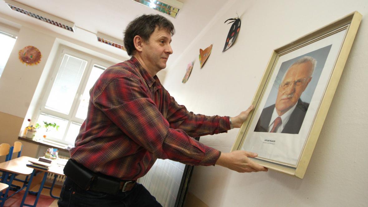 Ředitel želechovické školy s portrétem prezidenta