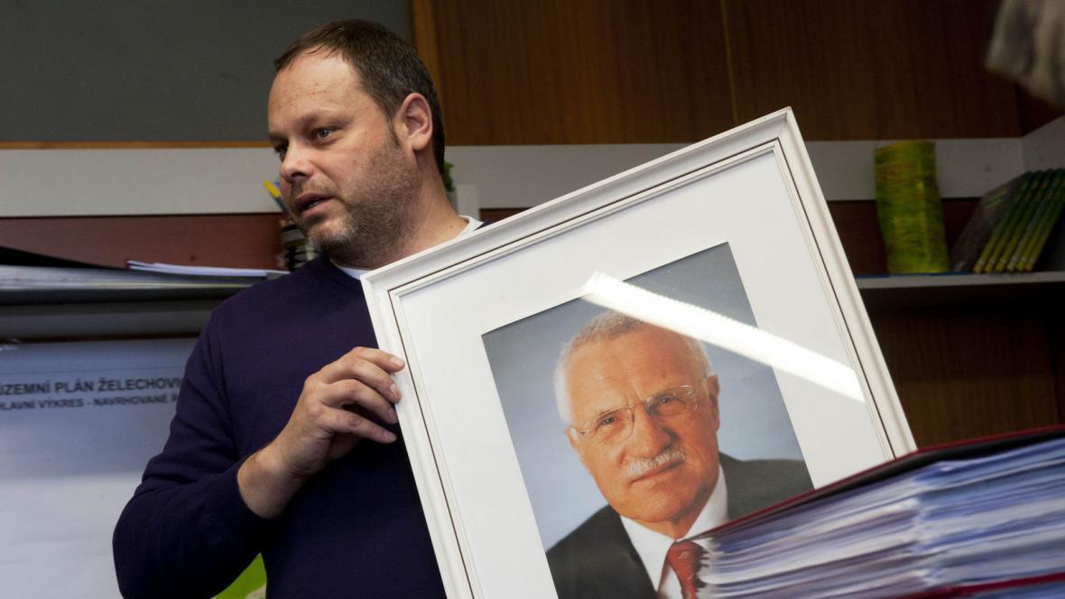 Starosta Želechovic s portrétem prezidenta