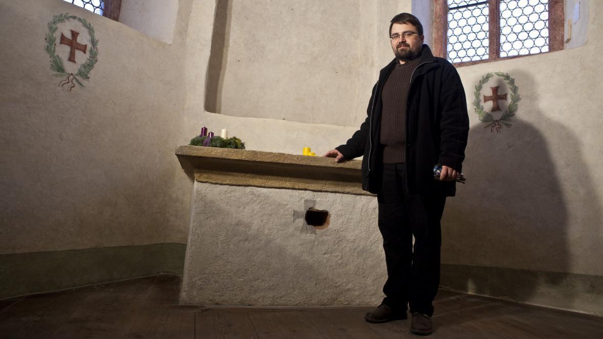 Historik Lukáš Gavenda se skrýší pod oltářem
