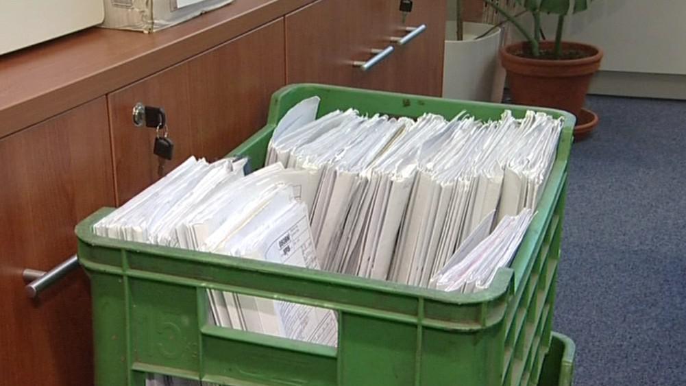 Některé spisy musí zůstat v plastových bednách
