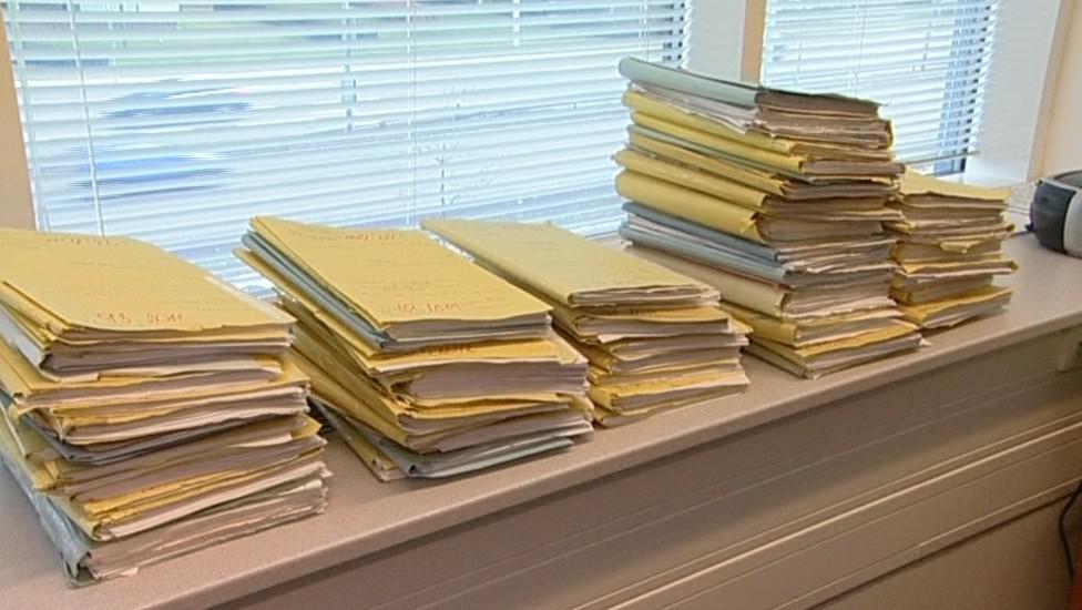 Soudci spisy odkládají na každé volné místo