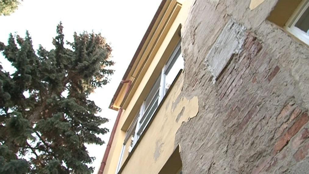 Fasáda nemocnice potřebuje opravit