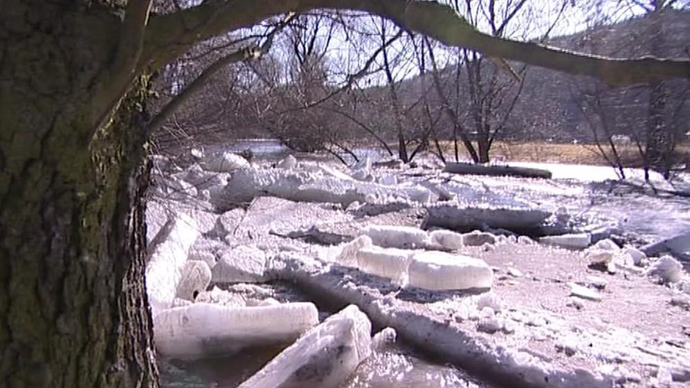 Tající led a sníh zvedá hladiny řek