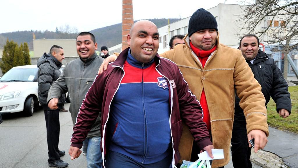 První skupinky amnestovaných vězňů opouští věznice