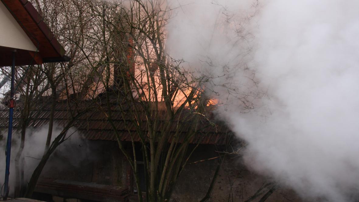 Hořelo hospodářské stavení a neobývaný rodinný domek
