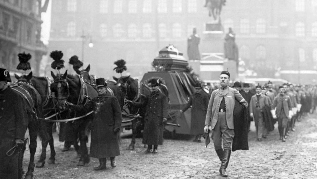 Pohřeb Aloise Rašína, smuteční průvod na Václavském náměstí, únor 1923