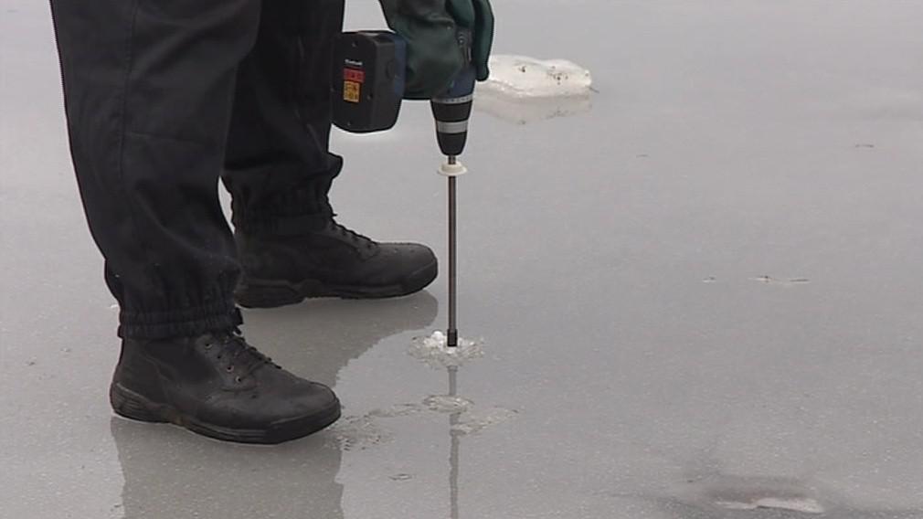 Členové poříční jednotky pravidelně tloušťku ledu měří
