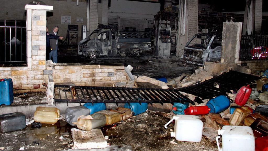 Následky výbuchu bomby u čerpací stanice v Damašku
