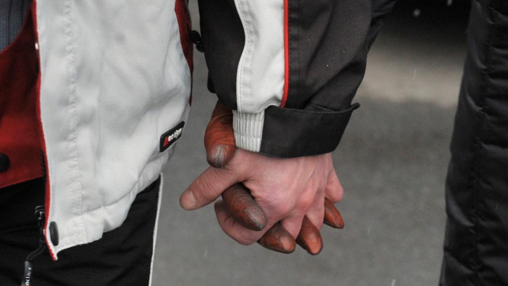 Amnestovaný vězeň drží za ruku svou partnerku