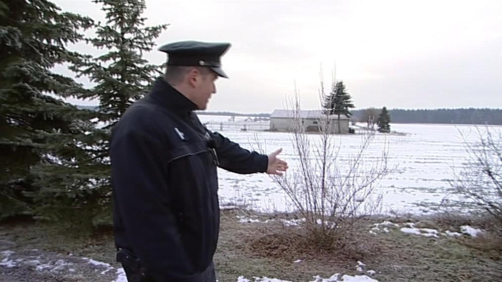 Pachatel začal policistům ujíždět do zoraného pole