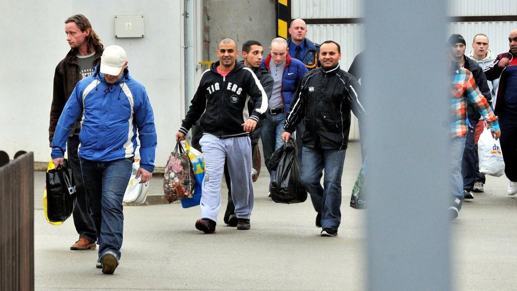 Skupina amnestovaných vězňů odchází z věznice v Kuřimi