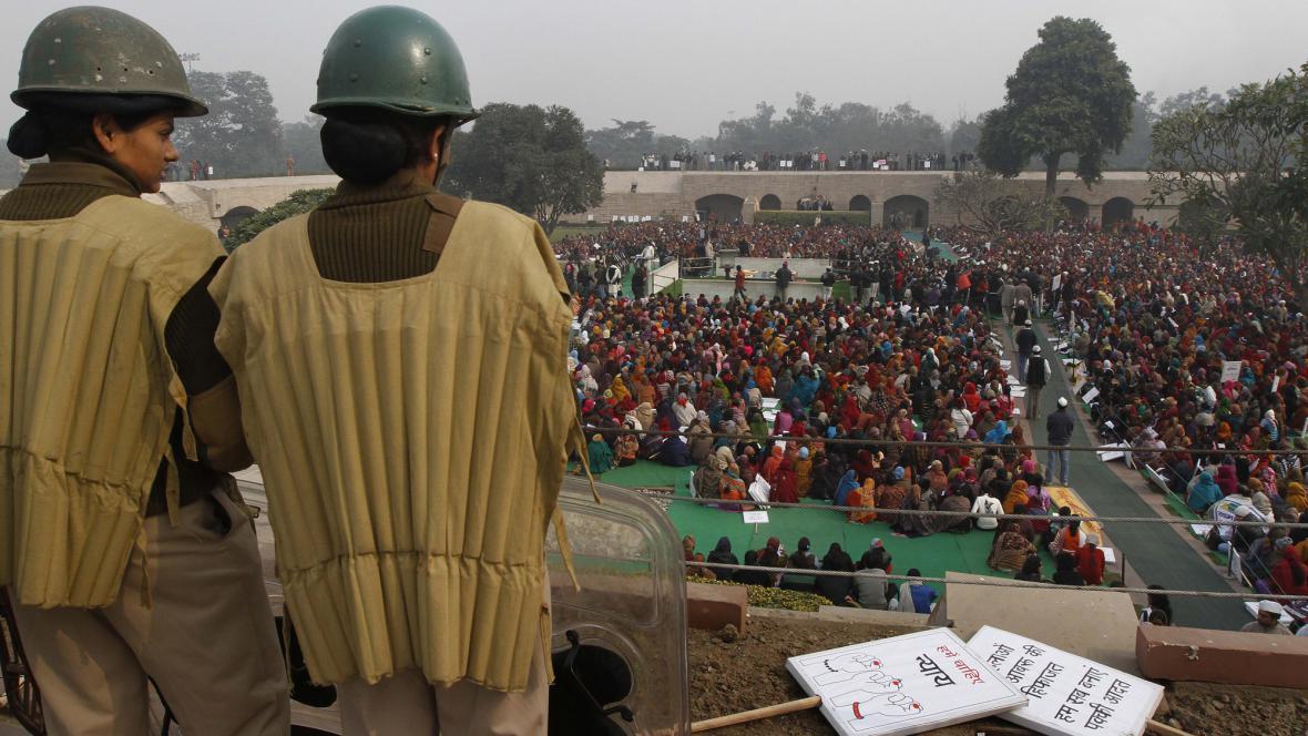 Hromadná modlitba za znásilněnou Indku