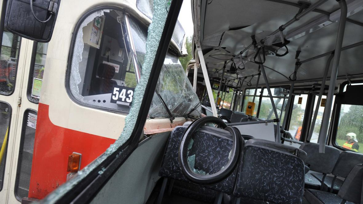 Srážka autobusu s tramvají