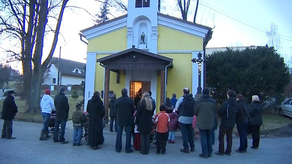 Lidé před kapličkou v obci Krhová