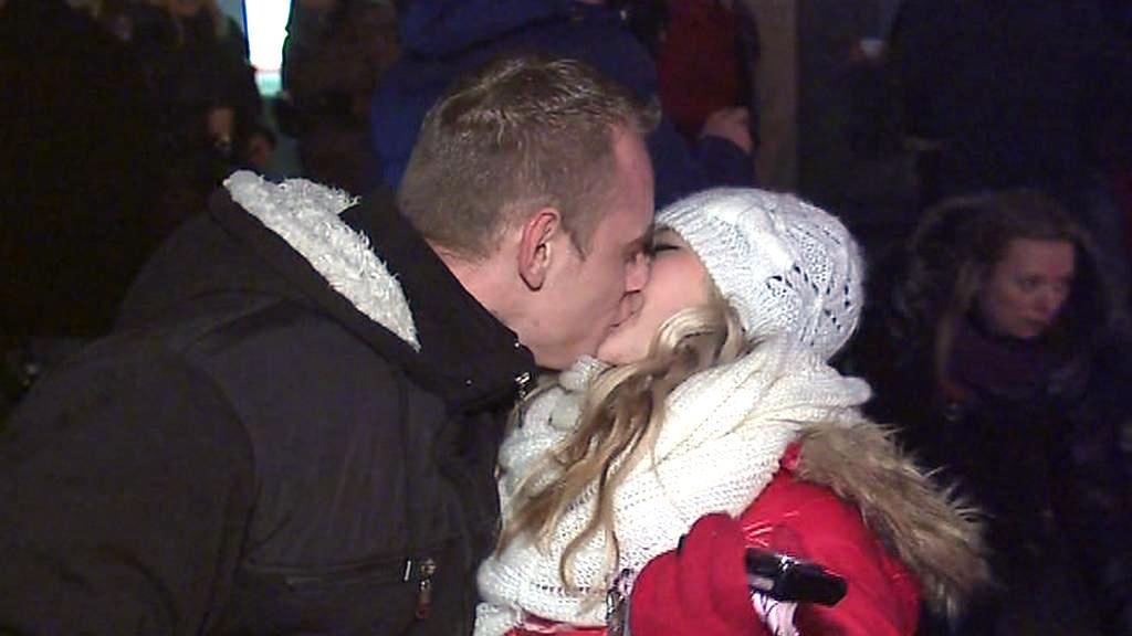 Novoroční polibek v ulicích Brna