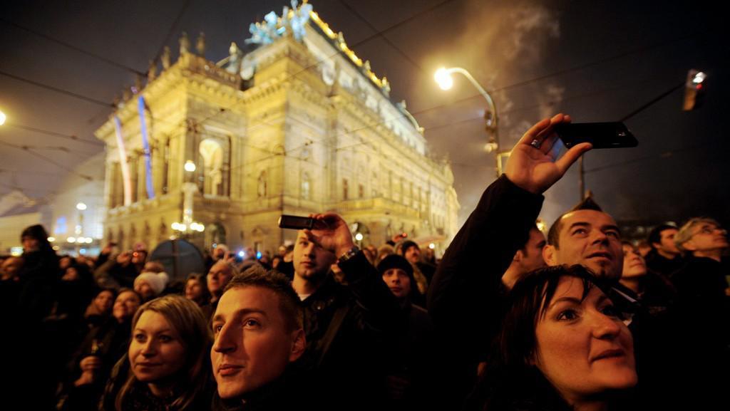 Lidé v Praze sledují půlnoční ohňostroj