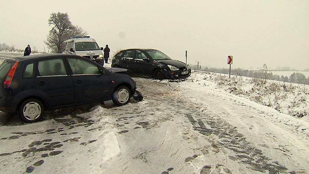 Rozbředlý sníh na silnici
