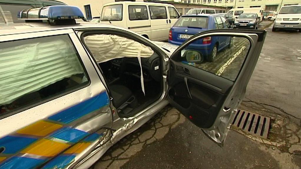 Policejní auto po noční honičce
