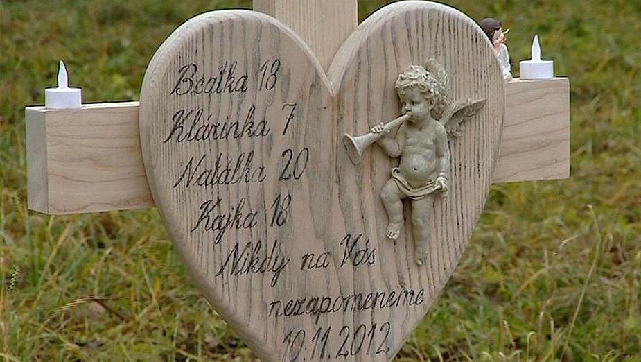 Tragédii v Lopeníku připomíná dřevěný kříž se srdcem