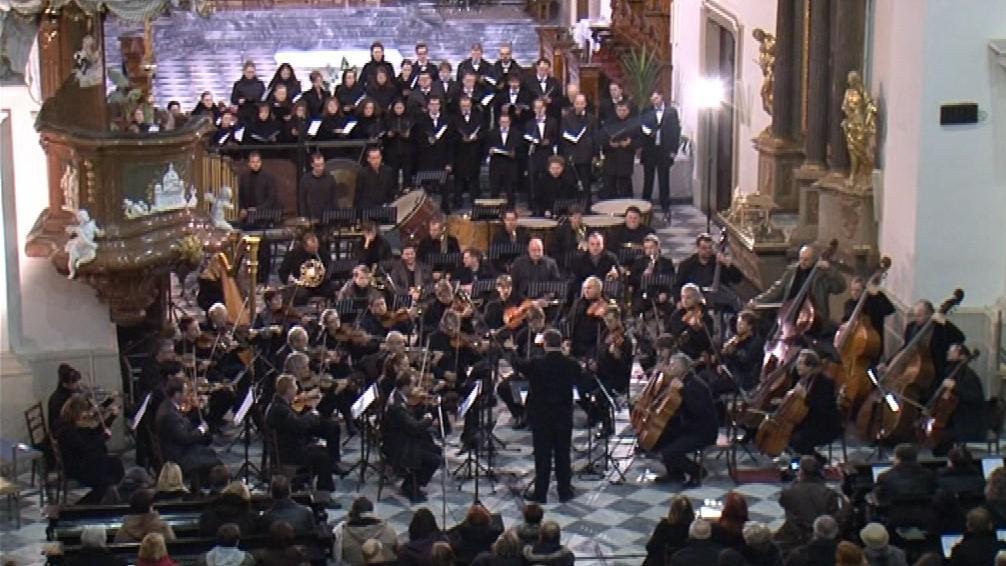 Stočlenný orchestr a asi dvacetičlenný sbor Capellen Orchestra & Choir