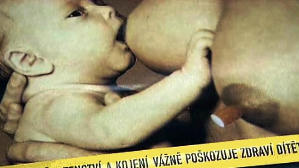 Kuřačka kojící dítě