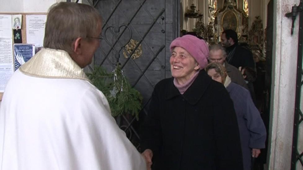 Návštěvníci kláštera se účastní bohoslužeb i společného modlení