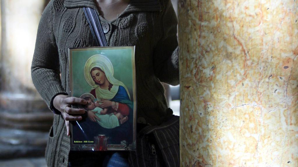 Věřící v bazilice Narození Páně v Betlémě