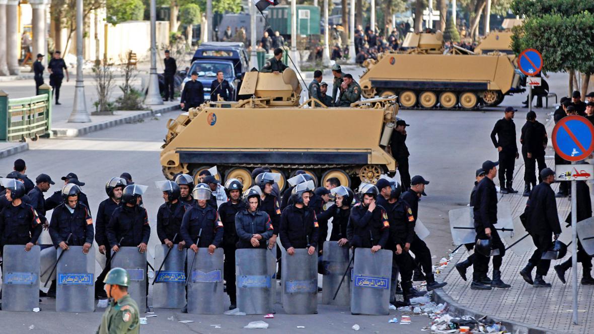 Egyptská policie před prezidentským palácem