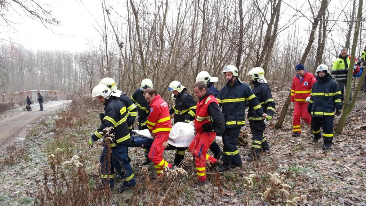 Hasiči se záchranáři odnášejí zraněného muže