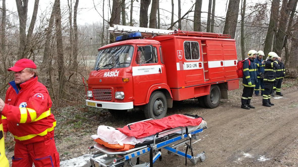Záchranářům asistovali hasiči