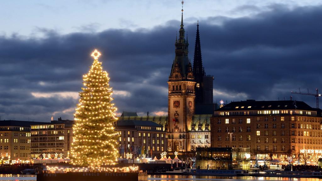 Města se pyšní vánočními stromy