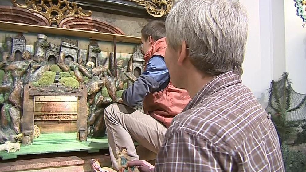 Na instalaci betléma se podílejí farníci