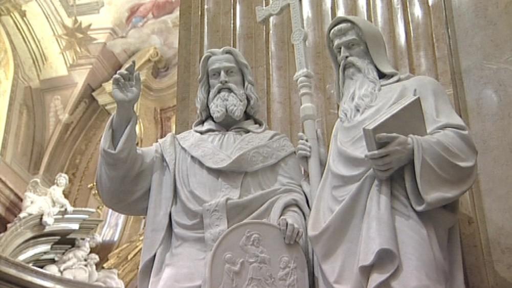 Opravilo se také osm soch v životní velikosti