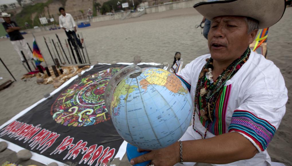 Peruánský šaman při obřadu v Limě