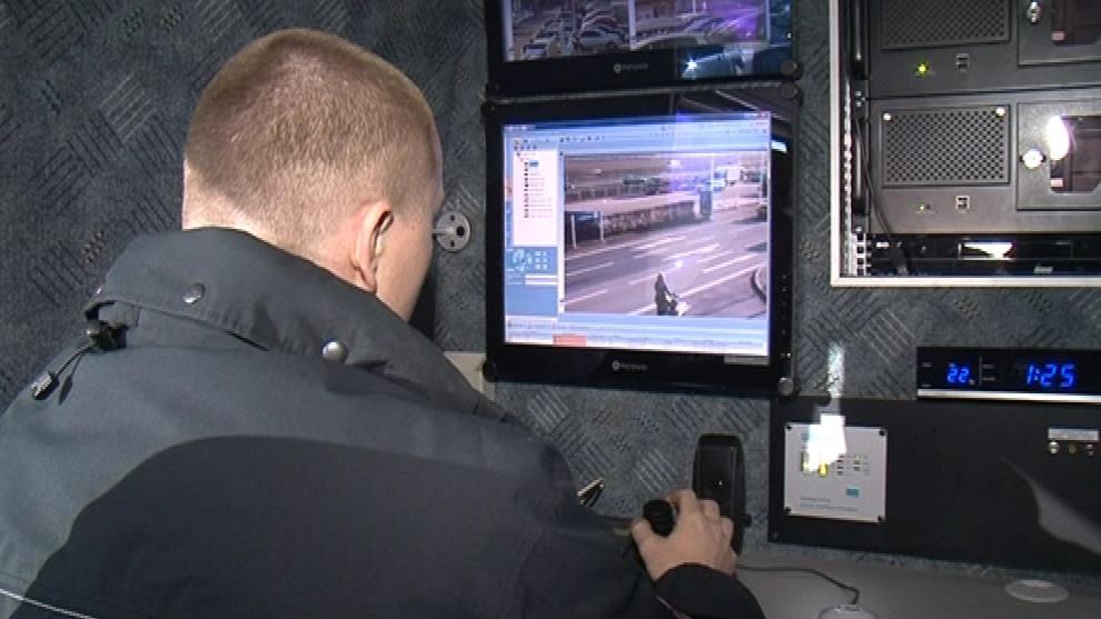 Policisté monitorují pohyb na parkovišti
