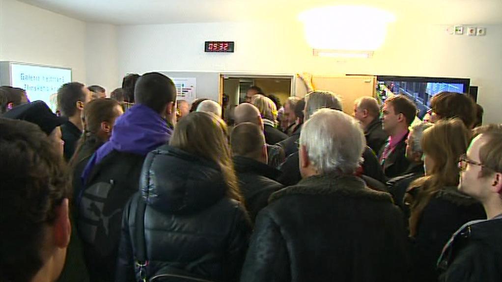 Lidé před vstupem na jednání zastupitelstva
