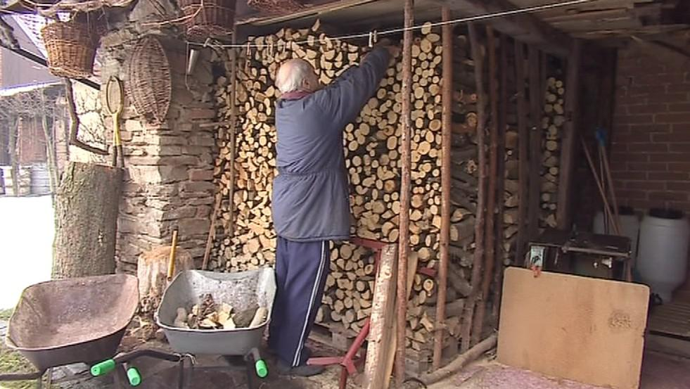 Stále více lidí topí raději dřevem
