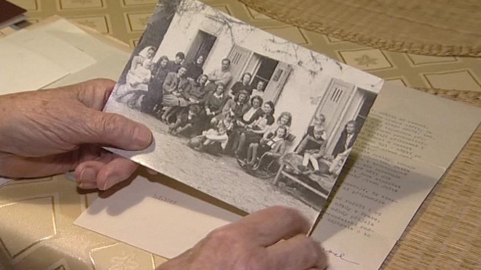 Marie Brichtová ukazuje archivní fotku