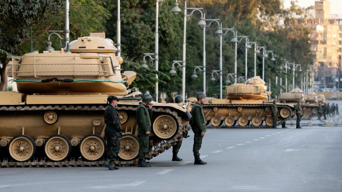 Tanky před prezidentským palácem v Káhiře