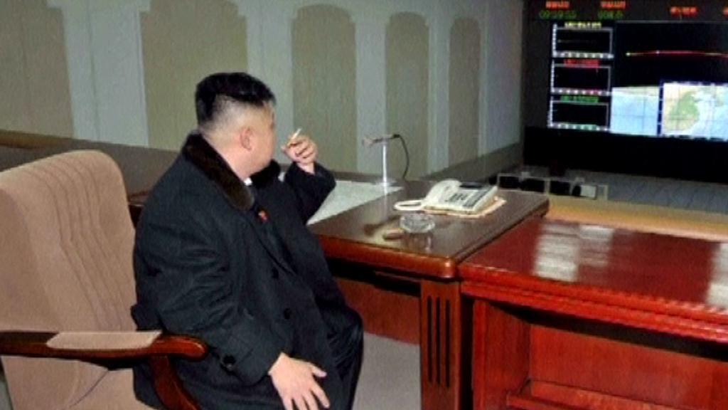 Kim sleduje vypuštění satelitu