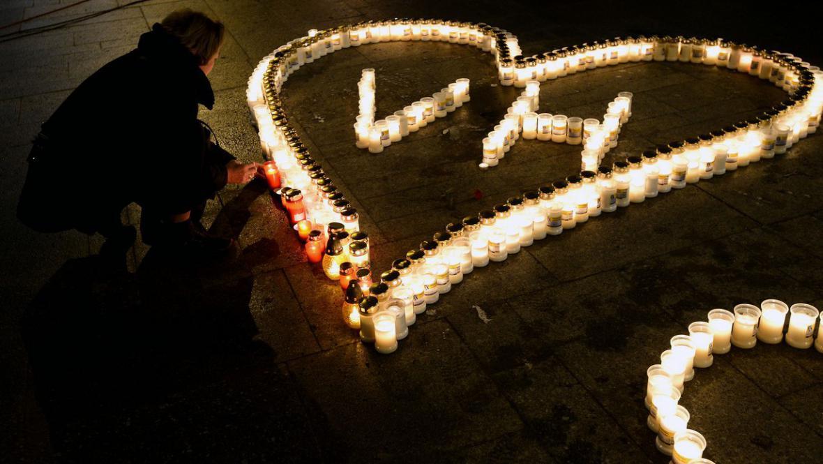 Lidé zapalují svíčky na Václavském náměstí