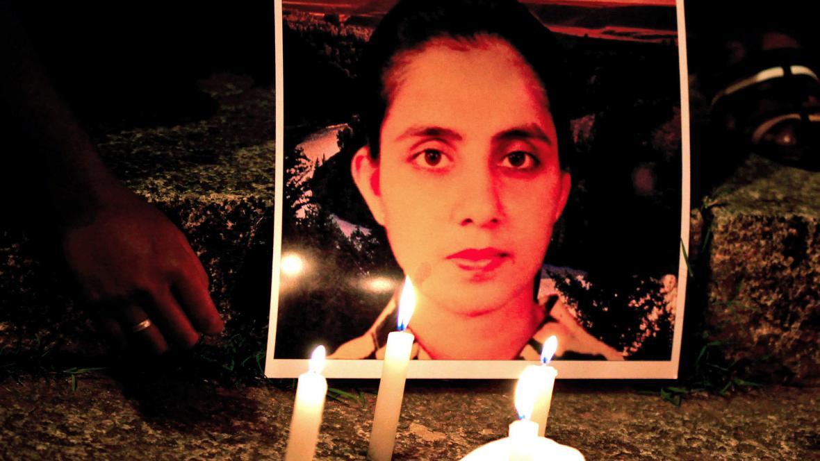 Lidé zapalují za Saldanhaovou svíčky