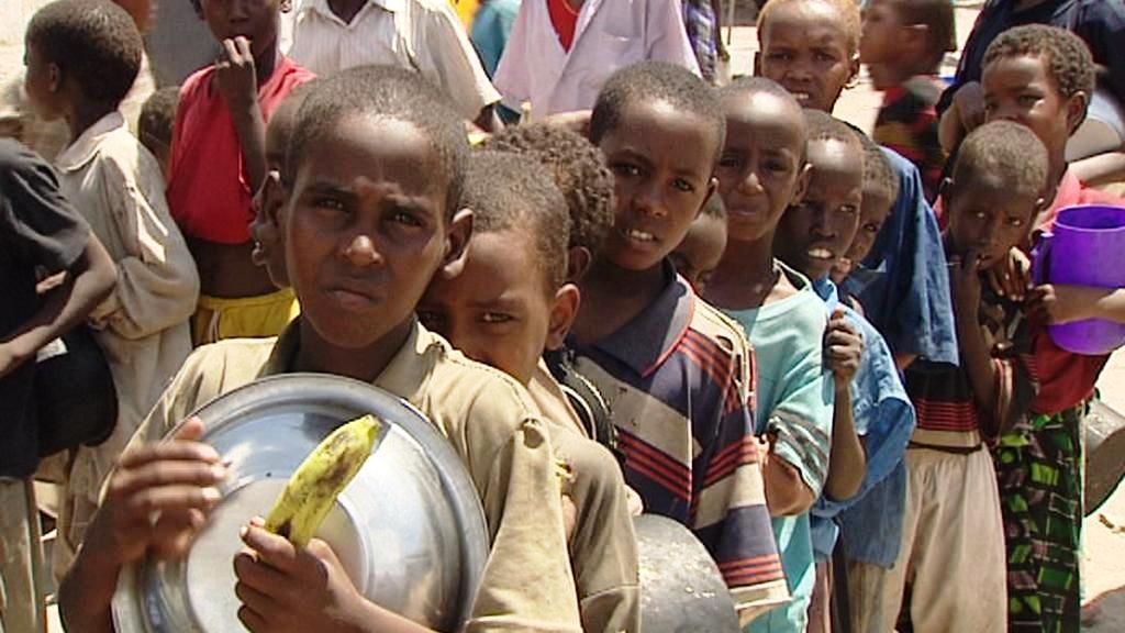 Somálské děti čekají na jídlo