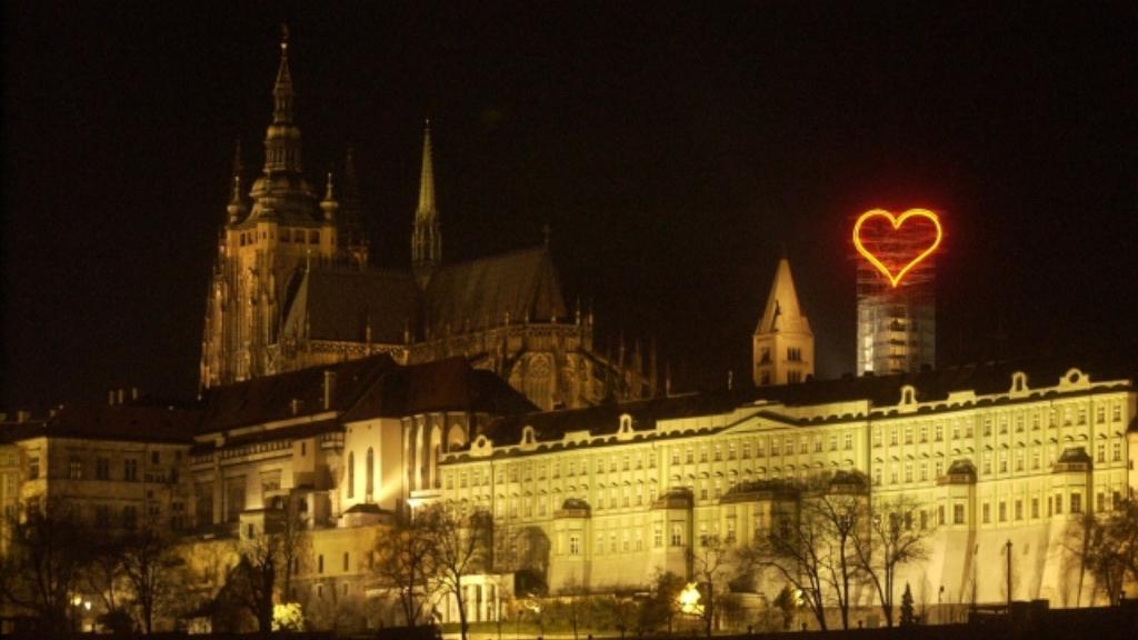 Neonové srdce nad Pražským hradem