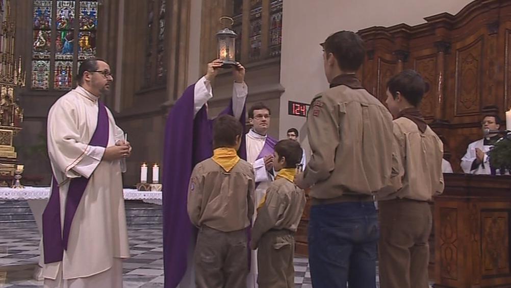 Plamen z Betléma předali skauti do rukou brněnského biskupa
