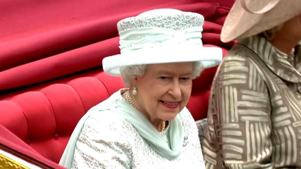 Alžběta II. v kočáře