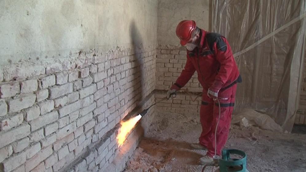 Po opálení režného zdiva přijde na řadu mikrovlnná technologie